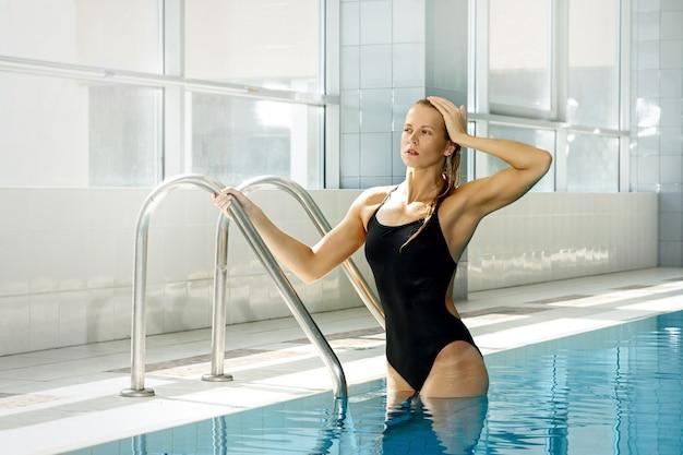 Attraktive schwimmerin
