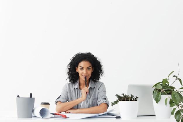 Attraktive selbstbestimmte junge ingenieurin, die sich in ihre arbeit verliebt
