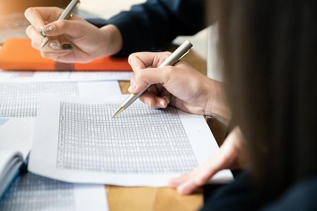 Attraktive teamarbeit besprechen und analysieren das datendokument im gemeinsamen arbeitsbereich.