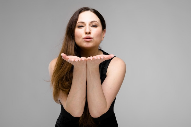 Attraktive übergewichtige frau in modischer kleidung