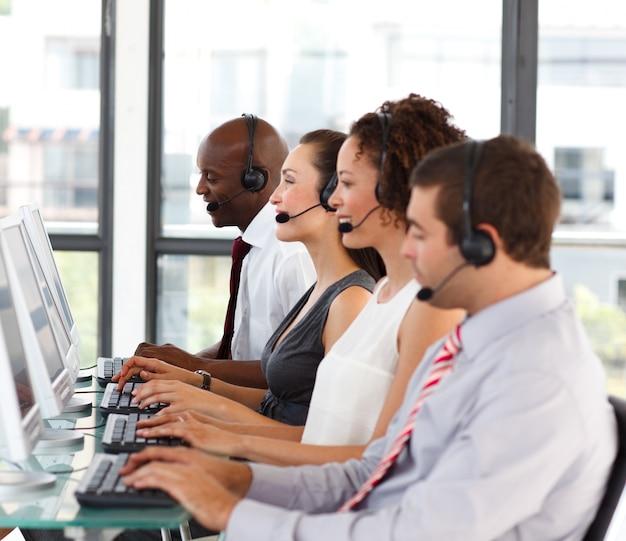 Attraktiver afro-amerikanischer geschäftsmann in einem call-center