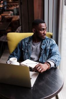 Attraktiver afroamerikanischer mann, der weg schaut