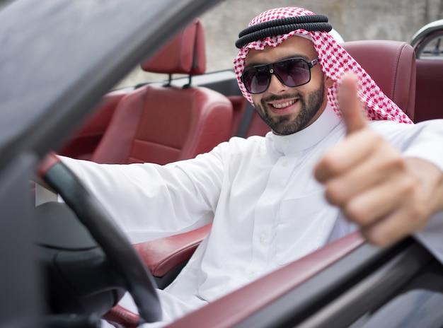 Attraktiver arabischer mann im auto auf straße