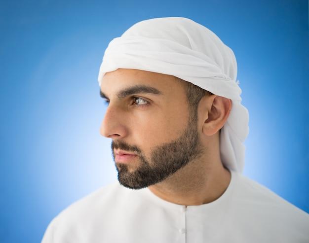 Attraktiver arabischer mann von golf
