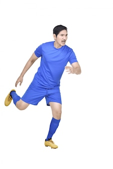 Attraktiver asiatischer fußballspieler, der fußball spielt