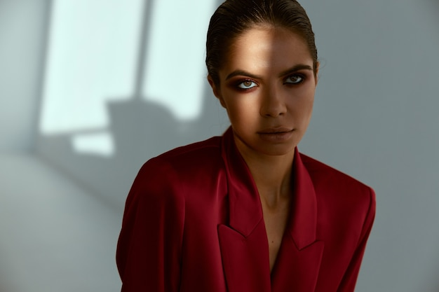 Attraktiver blick der hübschen frau und mode der roten jacke.