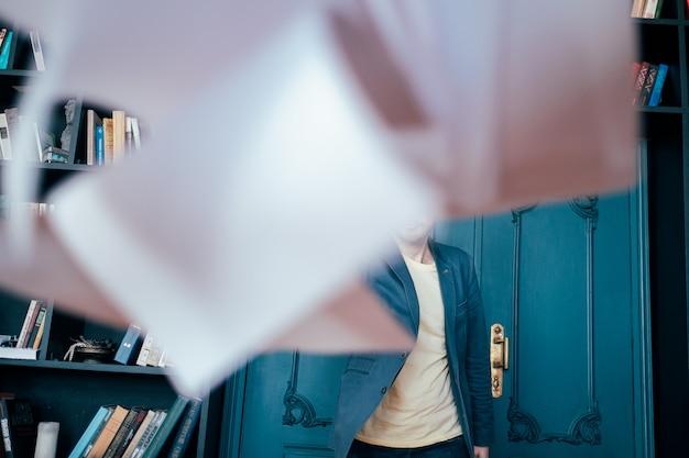 Attraktiver erwachsener erfolgreicher kahler bärtiger mann in werfenden dokumenten der klage an der kamera