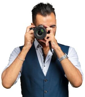 Attraktiver erwachsener mann mit einer kamera getrennt auf weiß