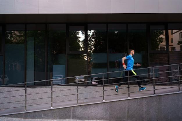 Attraktiver fit mann, der in der stadt läuft