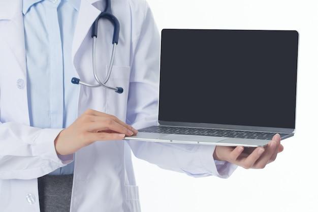 Attraktiver frauendoktor, der einen laptop anhält