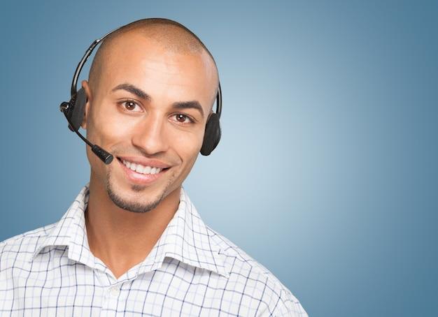 Attraktiver geschäftsmann mit telefon-headset