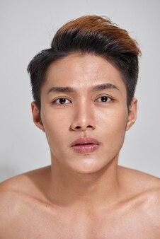 Attraktiver jugendlicher nackter mann drückt selbstvertrauen aus