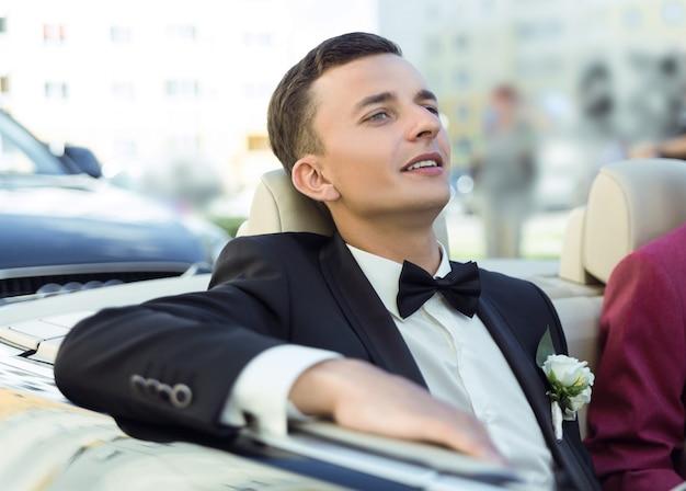 Attraktiver junger bräutigam