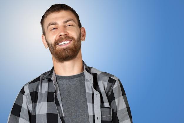 Attraktiver junger mann lacht