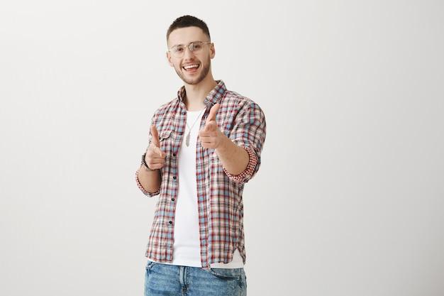 Attraktiver junger mann posiert