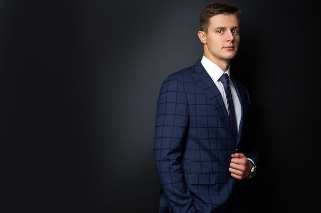 Attraktiver kaukasischer mann im formellen stilvollen anzug