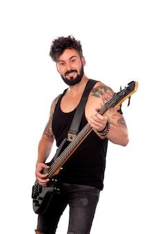 Attraktiver kerl im schwarzen, das e-bass spielt