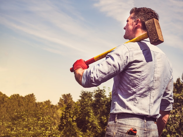 Attraktiver kerl mit vorschlaghammer