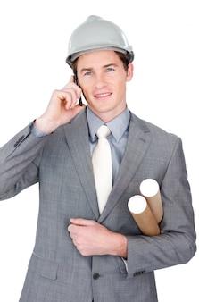 Attraktiver männlicher architekt, der am telefon spricht
