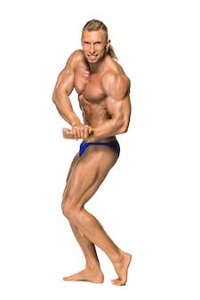Attraktiver männlicher bodybuilder auf weißem hintergrund