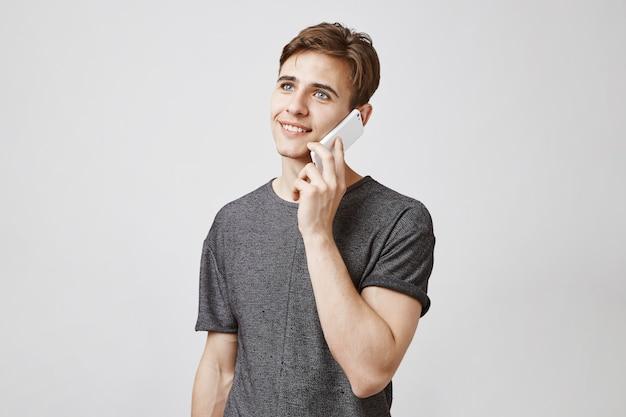 Attraktiver mann, der am telefon spricht
