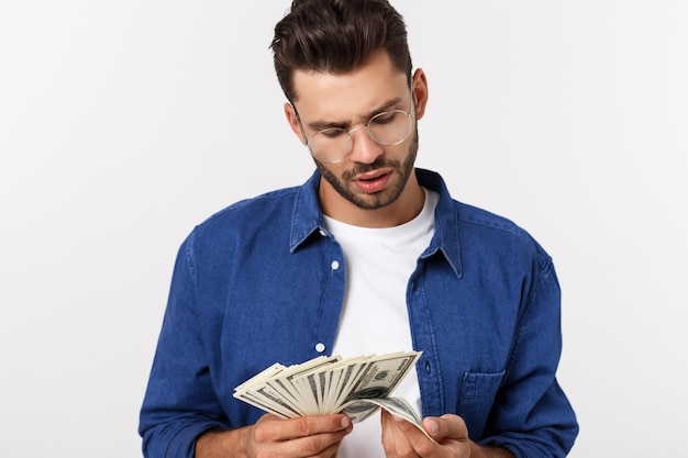 Attraktiver mann hält bargeld in einer hand an
