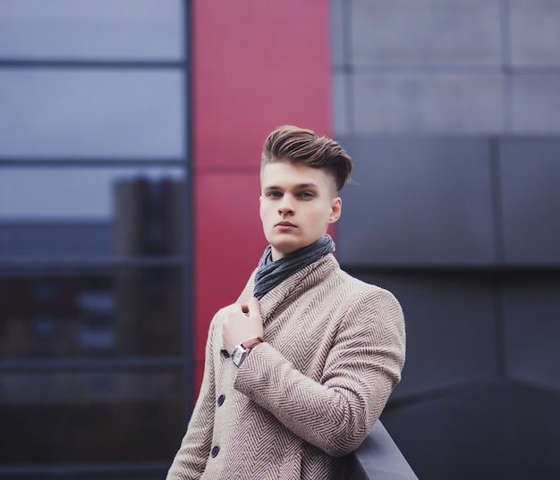 Attraktiver mann kleidete freizeitkleidung im urbanen stil an