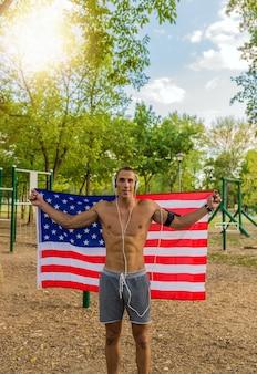 Attraktiver mann mit amerikanischer flagge