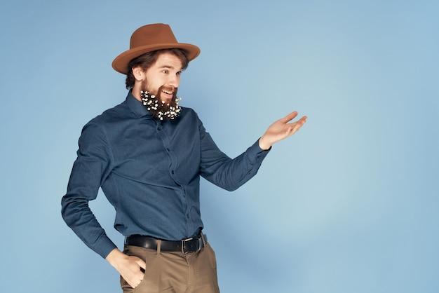 Attraktiver mann mit hut bart mit blumendekoration mode haarpflege