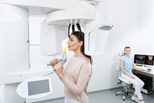Attraktiver patient, der röntgen macht