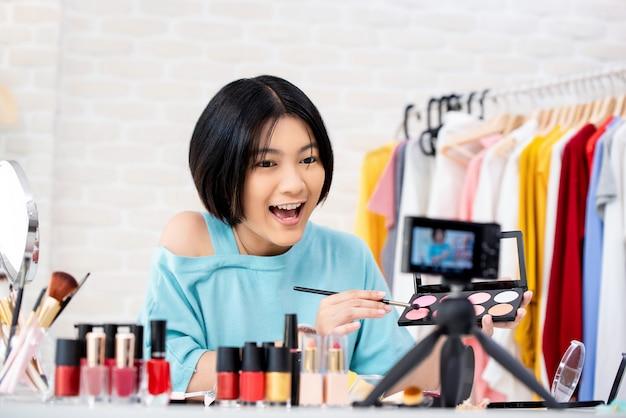 Attraktiver schönheitsvlogger, der video von der kosmetik macht