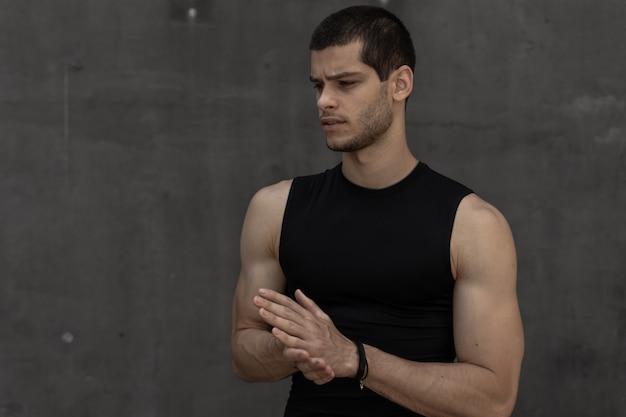 Attraktiver starker modischer sportlicher sportlicher muskulöser mann