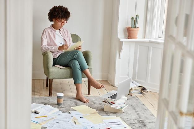 Attraktiver unternehmer, der zu hause arbeitet