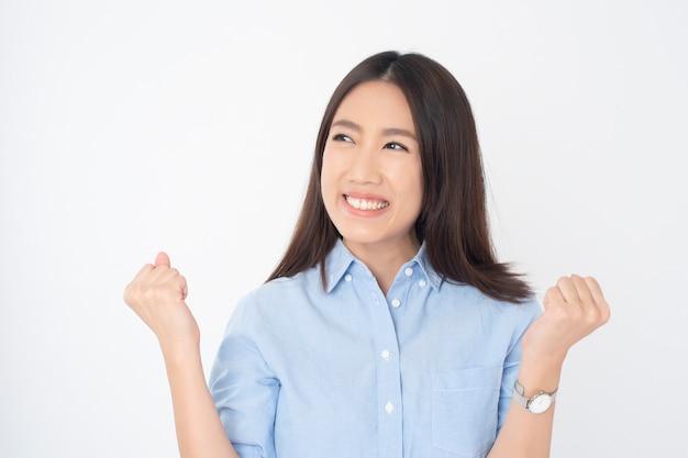 Attraktives asiatinporträt auf weißer wand