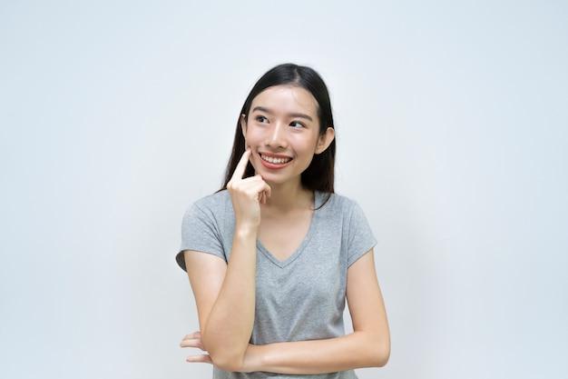 Attraktives asiatisches frauendenken lokalisiert, schönes asiatisches junges mädchen