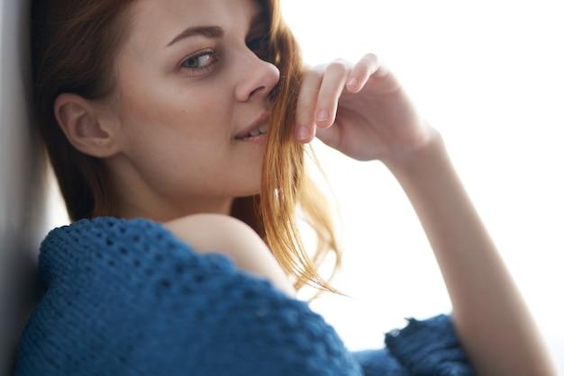 Attraktives aussehen der schönen frau mit einem blauen karierten restlebensstil