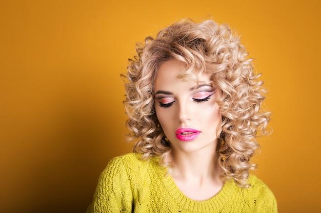 Attraktives blondes mädchen.