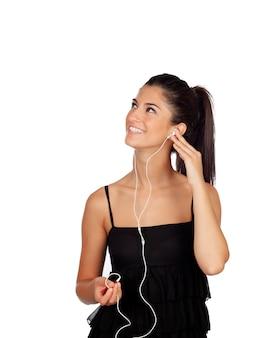 Attraktives brunettemädchen, das oben musik schaut und hört auf einem weißen hintergrund