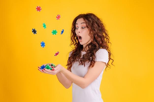 Attraktives brunettemädchen mit dem gelockten haar lokalisierte das wetten im online-casino. poker online-konzept.