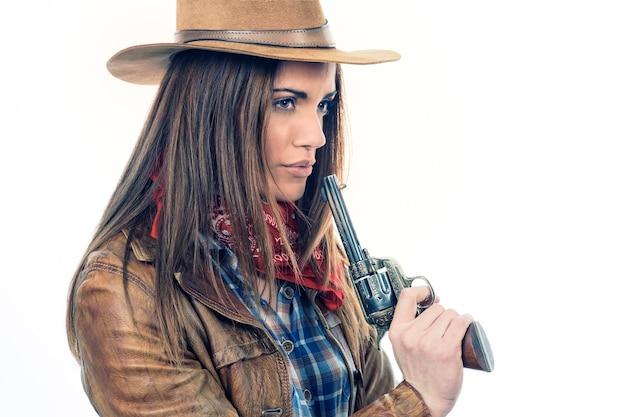 Attraktives cowgirl auf weißem hintergrund