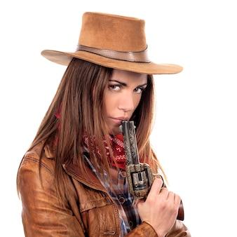 Attraktives cowgirl mit pistole auf weißem hintergrund