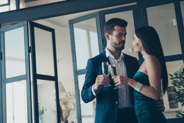 Attraktives glamouröses paar, das drinnen aufwirft