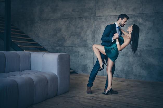 Attraktives glamouröses paar, das zusammen aufwirft
