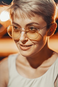 Attraktives hipster-mädchen in brillen