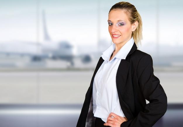 Attraktives junges geschäftsfrauporträt im flughafen