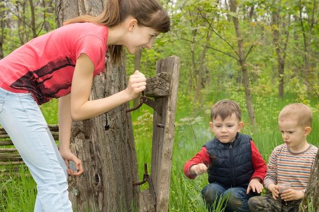 Attraktives junges mädchen im teenageralter, das zwei jungen beobachtet