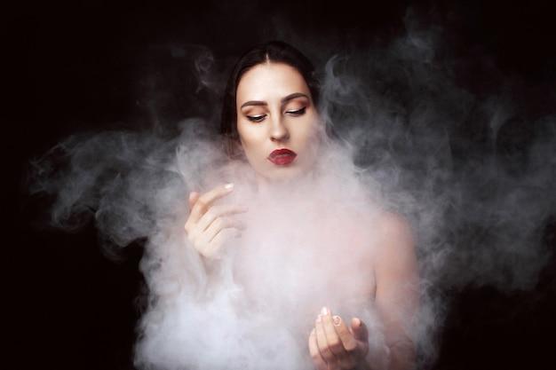 Attraktives junges mädchen und weißer rauch