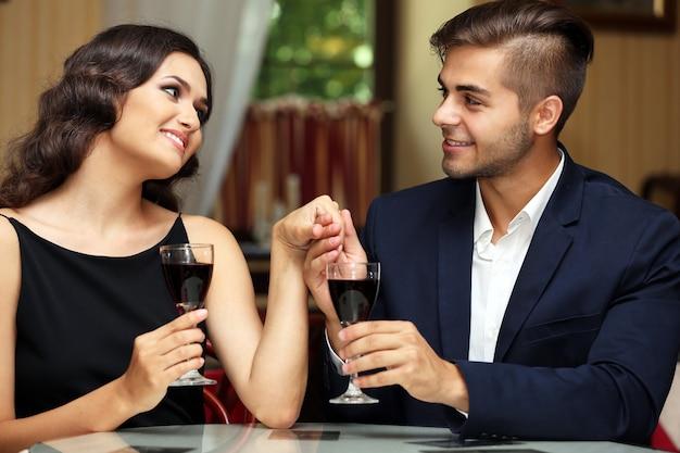 Attraktives junges paar aus dem restaurant