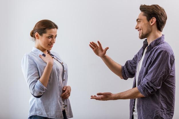 Attraktives junges paar in freizeitkleidung spricht.