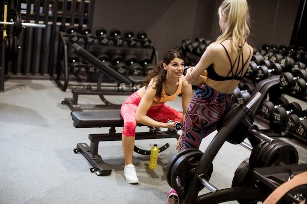 Attraktives junges sportliches fokussiertes eignung womanl, das bizepsübungen tut